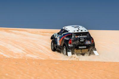 Васильев продолжает гонку в пустыне