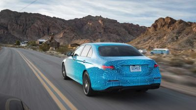Компания Mercedes-Benz опубликовала первые официальные фотографии прототипов, а также раскрыла некоторую информацию об обновленном седане E-Class.