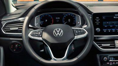 Новый Volkswagen Polo поступил в дилерские центры марки в России.  Модель доступна в четырех комплектациях: Origin, Respect, Status, Exclusive, а стартовая цена автомобиля начинается от 772 900 рублей.  Новинка получила внешние доработки. Кузов выполнен в стиле лифтбека, обозначилась пересмотренная решетка радиатора, обновленное головное освещение со светодиодной начинкой уже в базовой версии. Габариты новинки — 4483 х 1706 х 1484 мм.  Уже в базе новинка оснащается светодиодной оптикой, в том числе и задними фонарями. Тип фар зависит от версии модели: рефлекторного или прожекторного типа. Обновленные бестселлер Volkswagen получил мультимедийный комплекс с поддержкой App-Connect. Диагональ тачскрина составит 6,5 или 8,2 дюйма. Также в число опций Volkswagen Polo вошли полностью цифровая панель приборов Active Info Display, бесключевой доступ и запуск двигателя с кнопки, а также обогрев задних сидений и руля.  Как и прежде, Volkswagen Polo будет доступен с 1,6-литровыми атмосферными двигателями мощностью 90 и 110 л. с., а также с 1,4-литровым наддувным мотором, выдающим 125 лошадиных сил. Базовый мотор работает с механической коробкой передач, а 110-сильный агрегат может также сочетаться с шестиступенчатым «автоматом». Топовая «турбочетверка» сочетается с семидиапазонным «роботом» с двумя сцеплениями.
