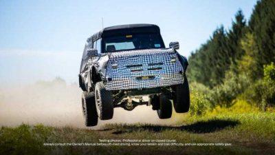 Компания Ford опубликовала в официальном Twitter марки изображение закамуфлированного прототипа внедорожника Bronco, эффектно летящего над дорогой.