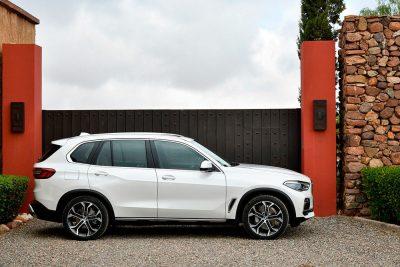 BMW отзовет машины в России